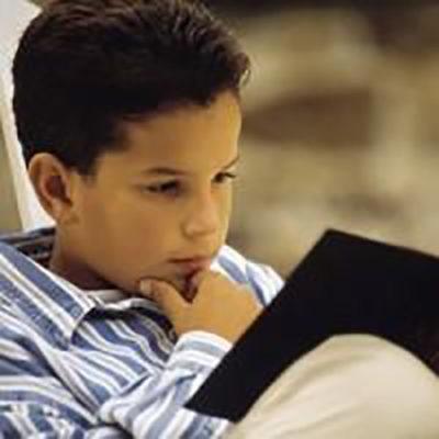 Joven leyendo la biblia