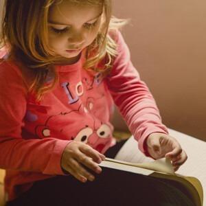 Foto de un niña leyendo un libro de Jonathan Borba en Unsplash