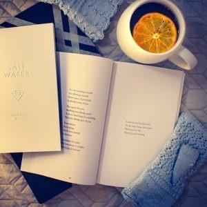 Imagen de un libro y una taza de té.