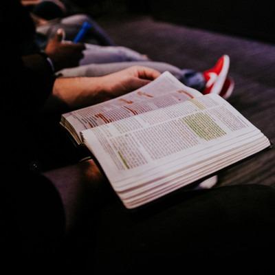 Foto de una biblia con un grupo por Hannah Busing en Unsplash