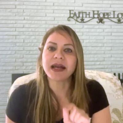 Una mujer contando una historia bíblica